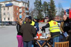 Samtal med människor vid invigningen av hu(s)vagnen